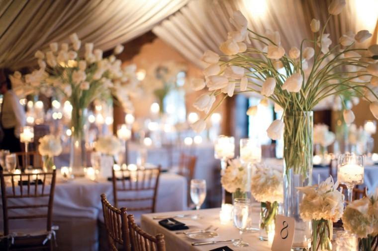 Cette image contient des accessoires de décoration mariage et des tables de mariage